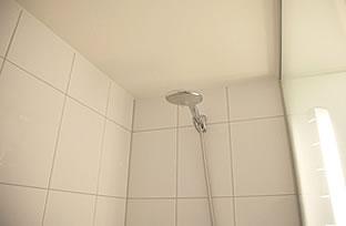 表面を鏡面加工した高級感のある仕上がりの浴室の壁パネル
