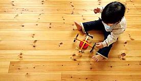 リフォームした子供部屋で子供が遊ぶ様子