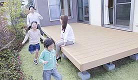 リフォームで増設した庭で遊ぶ親子の様子