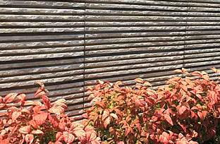 バーベキューができるテラス(庭)と将来を見越したスロープの写真