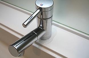レバーで操作するタイプのステンレス製水栓の写真